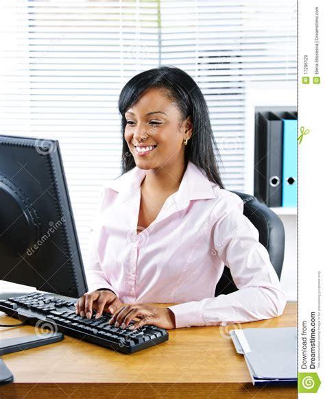 amour au bureau femme femme d 39 affaires heureuse au bureau image stock