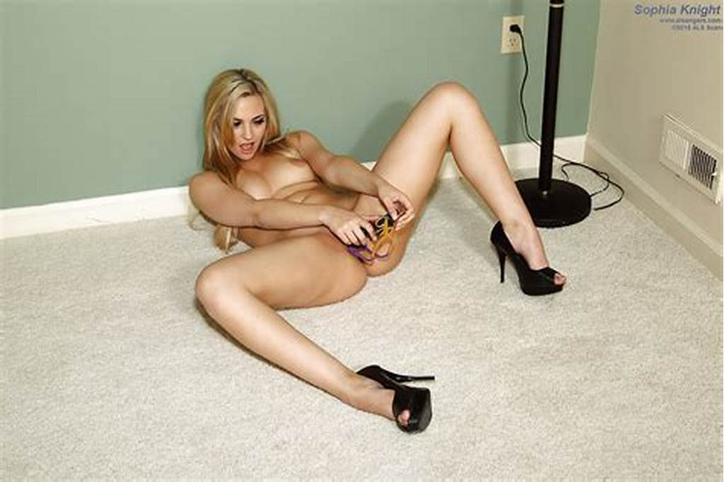 #Amateur #Blonde #Solo #Girl #Sophia #Knight #Toying #Shaved #Pussy