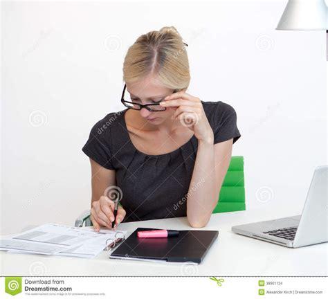 femme au bureau femme d 39 affaires au bureau de travail photo stock image 38901124