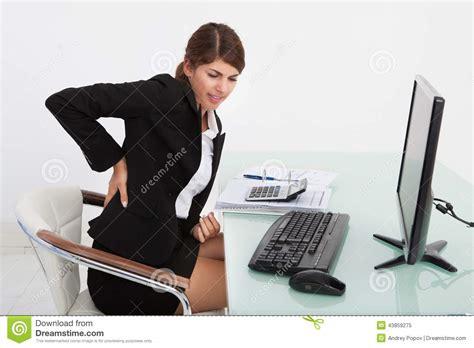 femme au bureau femme d 39 affaires souffrant du mal de dos au bureau d 39 ordinateur photo stock image 43859275