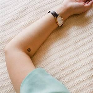 Tatouage Lune Poignet : petit tatouage lune petit tatouage un tattoo oui mais discret elle ~ Melissatoandfro.com Idées de Décoration