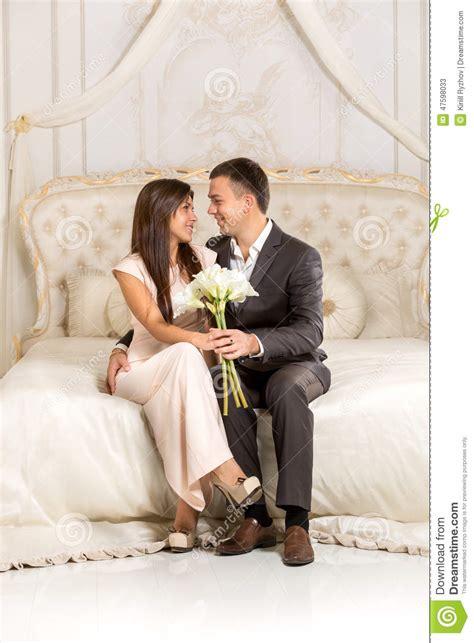 faire l amour dans la chambre couples romantiques dans l 39 amour se reposant sur le lit