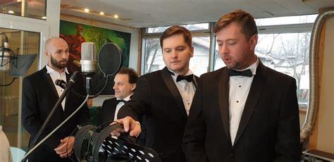 Populāri dziedošie aktieri pirms koncerttūres ieraksta ...