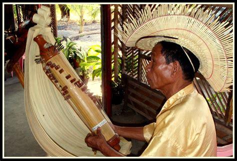 Alat musik harmonis adalah alat musik yang dimainkan untuk memainkan harmoni pada suatu lagu. Alat Musik Non Tradisional Dan Cara Memainkannya