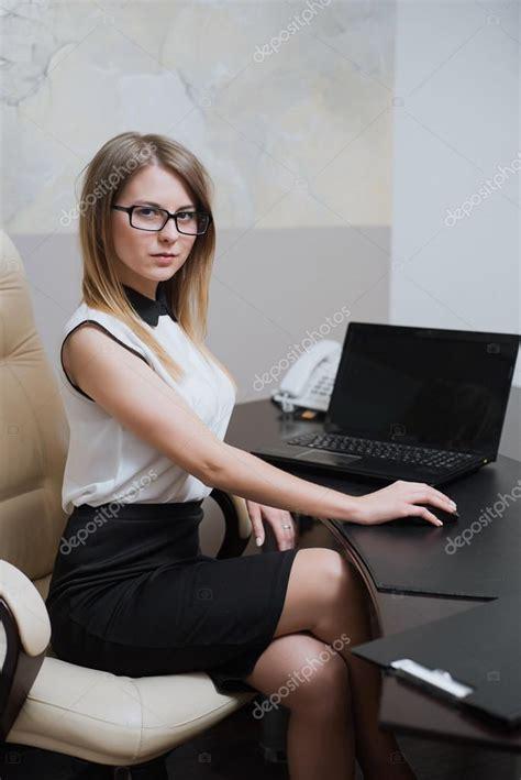 amour au bureau femme amour au bureau femme femme qui mange au bureau stock