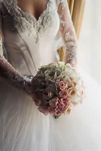 la mariee en robe luxueuse detient un bouquet d39orchidees With affiche chambre bébé avec bouquet de roses blanches