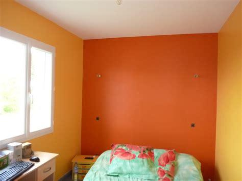 lesbienne dans une chambre couleur dans une chambre chambre jaune et gris des