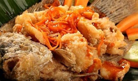 Pertama tama kita bersihkan sisik ikan gurame hingga bersih, kemudian kita kerat kerat dan lumuri dengan garam dan air jeruk nipis. Gurame Fillet Saus Padang : Resep Gurame Fillet Saos ...