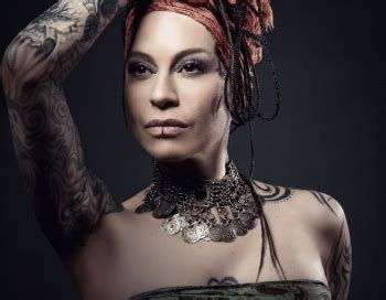 Oktobrī Latvijā uzstāsies ekstravagantā dziedātāja Nargiza Zakirova - Holmss.lv