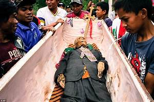 People Who Need Their House Cleaned People Of Toraja Indonesia Unearth Corpses