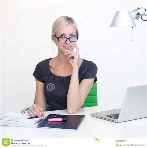 femme au bureau femme d 39 affaires au bureau de travail photo stock image