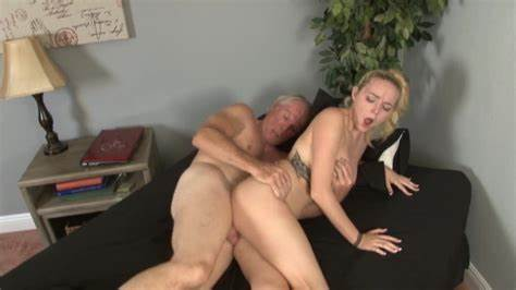 Gorgeous Girlfriend Pays For Pizza With Her Cunt Facial
