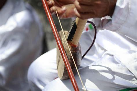 Alat musik ini dimainkan dengan cara dipukul memakai telapak tangan. Uniknya Arababu Dalam Lantunan Musik Tradisional Ternate - Indonesia Kaya
