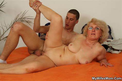 Sexy Mother Bitches Seduces Screaming Dude