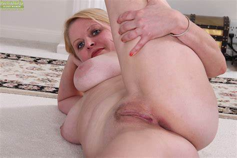 Longhaired Thick Older Babes Exposes Her Massive Tity