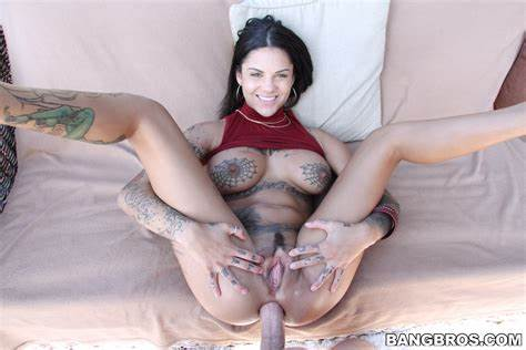 Bonnie Rotten Squirts Over Threesome Dicks