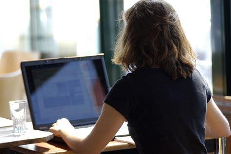 femme au bureau au bureau quelles sont les limites code du travail loi