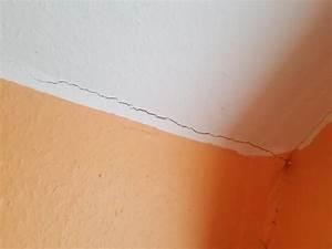 Risse Zwischen Wand Und Decke Reparieren : risse in der wand einer mietwohnung dadurch tapete und anstrich besch digt ist hier der ~ A.2002-acura-tl-radio.info Haus und Dekorationen