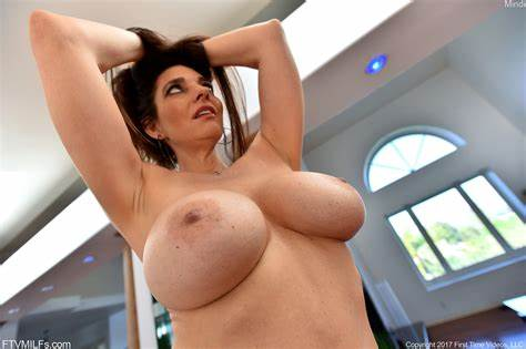 Large Titty Bombshell Mindi