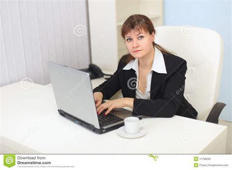femme au bureau le femme travaille avec l 39 ordinateur au bureau photo libre de droits image 11788265