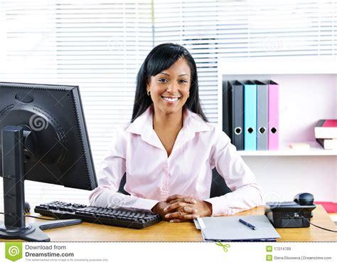 femme au bureau femme d 39 affaires de sourire au bureau images libres