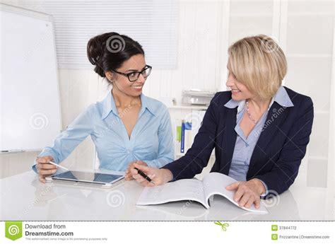 femme au bureau deux femmes d 39 affaires travaillant ensemble au bureau au bureau photographie stock image