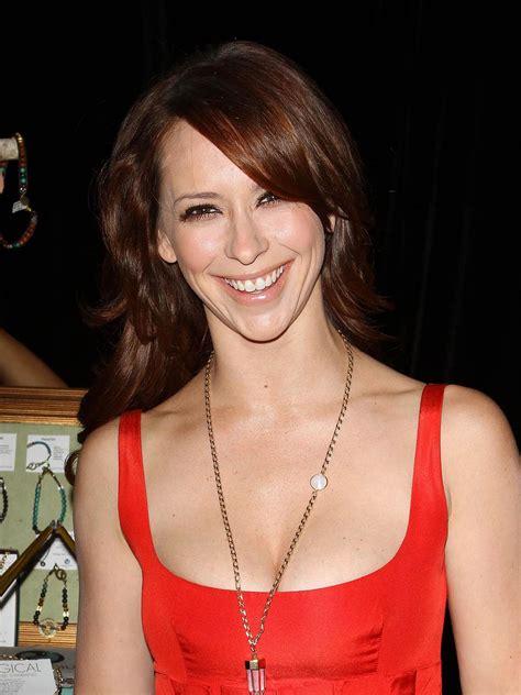 foto de Cute Jennifer love hewitt flaunting her assets in a red