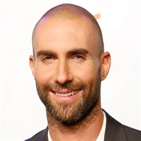 labākie Adam Levine matu griezumi un frizūras (2020. gada ...