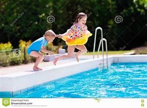 Swimmingpool Für Kinder : die kinder springend in swimmingpool stockfoto bild von ~ A.2002-acura-tl-radio.info Haus und Dekorationen