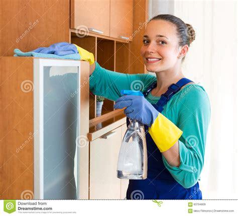 femme au bureau nettoyage de femme au bureau image stock image du housework détersif 63794809