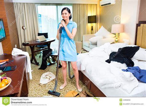 femmes de chambre nettoyage de femme de chambre dans l 39 hôtel asiatique photo