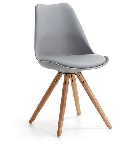 pied de chaise dans la chatte chaise design lisse pieds bois kave home groupdeco