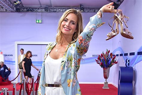 Entertainment reporter suspended after being filmed 'muddying herself to fake helping flood clean up' danny jones. Bertelsmann-Party mit Günther Jauch, Liz Mohn, Verona ...